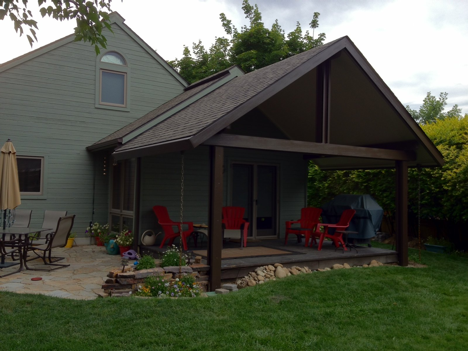 Gabled patio cover Backyard by Design
